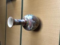 骨董品の鑑定。  亡き祖父が骨董品を集めていまして、不要になりましたので手放そうと思います。 写真の壺があるのですが、このような物の買取額、価値はいくらくらいでしょうか。  薩摩焼の壺です。