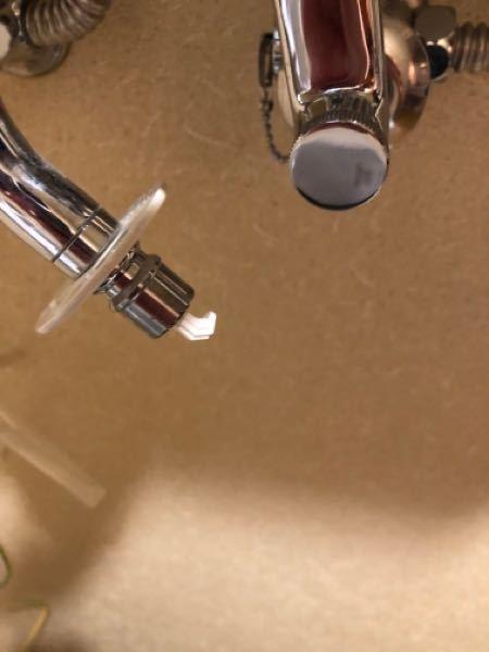 【至急お願いします】 洗濯機の緊急止水弁が作動して戻らなくなり、ホースが挿せなくなってしまいました。 寒冷地なため水落としをする際に誤って蛇口を止める前にホースを取ってしまったからだと思われます。