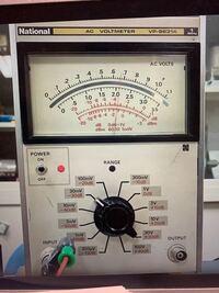 この電圧計の読み方を教えてください。