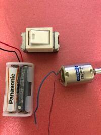 小学2年生の子がこれを買ってきました。 調べたらホタルスイッチって言うらしいんですが、 このスイッチを使って モーターを回したり止めたり したいらしいんですが、私はド素人で出来ないです。 まず、これって家のスイッチと同じですよね? こんな乾電池のスイッチになるんですか??  このスイッチを使えるなら作り方を細かく教えてください! 使えないなら小学生に分かるように使えない理由を教えてください!...