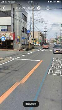 こちらの写真についてなのですが、矢印方向に左折する場合、前の信号が赤でも左折する車が多いのですが、信号無視ではないのでしょうか? 直進車は勿論停まりますが。