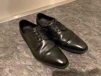 普段私服ではジーンズなどに合わせてスニーカーなど、カジュアルな格好をすることが多いのですが、フォーマルなスタイルにも興味を持ち始めました。 そこで、革靴を新たに購入しようか迷っているのですが、普段仕...