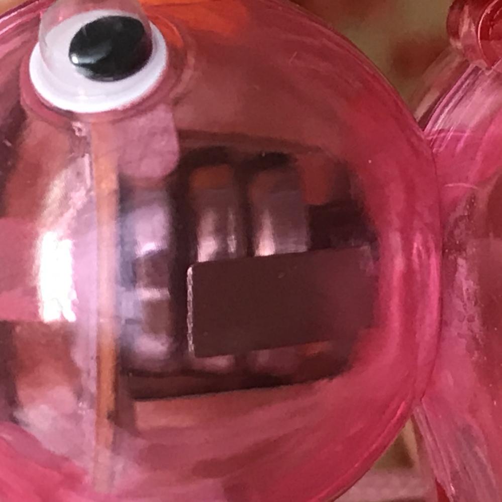 一昨年の酉の市で鳥の光る水笛を買ったのですが、電池が取り出せません。 使い切ったのか今は光りません。使い切った電池でも入れっぱなしにしておくのは危険ですか? また、この電池は膨張していますか?(...