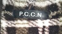 7年か8年前に購入したニットワンピースについてです。 どこで購入したものなのか、わからなくなってしまって・・・(ネット購入なのか、直に買いに行ったどうか・・) (ーー;)  襟首?(背中側の首があたる部分・・言い方あってますか?)のタグ?には『P.C.C.N』という文字があって、左側脇腹辺りについているタグ(洗濯標記等が書かれている物)には『全日本婦人子供服工業組合連合会』と書いてあります。...