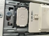 電気スイッチについて 誤って自宅のスイッチを破損してしまいました。写真を添付します。スイッチ本体の部品のつめを壊してしまった様です。 破損部品だけの交換で済むでしょうか? それとも全部になりますか?...