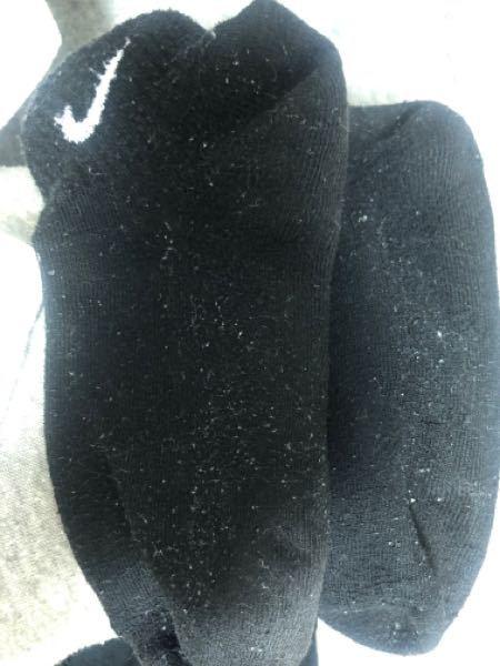 黒の洗濯物について。 ドラム式ではない洗濯機を使用。 ネットにいれて洗濯していますが、 このような毛玉?みたいなものが黒のものだと ついてしまいます。 何かいい対策などありますでしょうか? また...