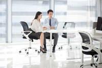 職場にいる時にこんな感じで座る人をたまに見かけますが、 皆さんの許容範囲は以下のどれに当てはまりますか? A どんな場合でも職場で脚を組むのはNG B 休憩中はOKで仕事中はNG C デスクワーク中はOKだが対面中...