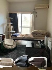 ソファーをこの部屋に置くとしたら何色がいいでしょうか? シーツカバー、カーテンの色もアドバイスお願いします。。 他にもアドバイスあればお願いします。 お洒落な部屋にしたいです。