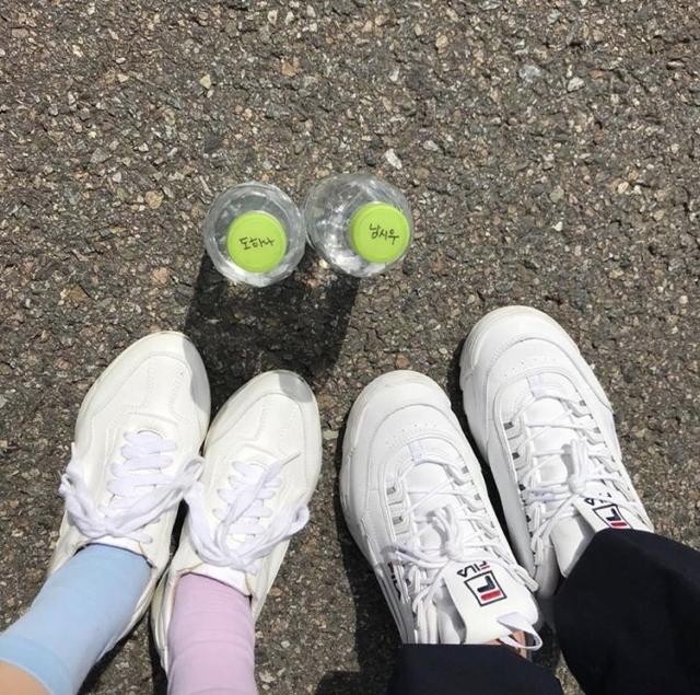 AーTEENに出ているドハナが履いている白い靴はどこのか分かりますか? 下の写真の左の方です!