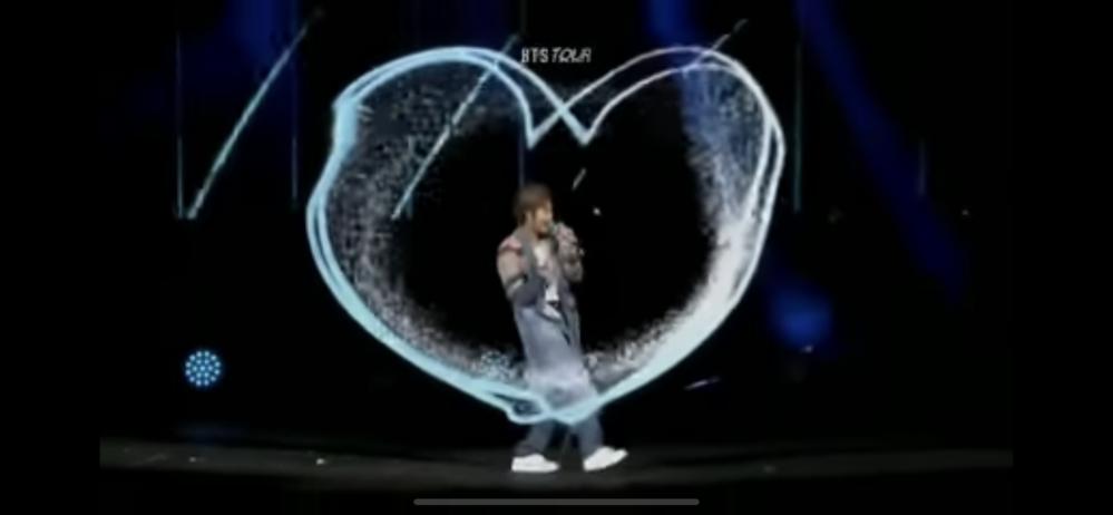 防弾少年団(BTS)のLove yourself :Speak yourself Final Seoul公演にてRMの演出にすごく感動しました。 これってどうやって演出しているかわかりますか? 小型