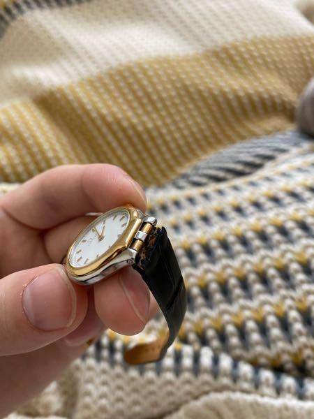 OMEGAの時計について OMEGAの時計が文字盤とベルトの接合部分が壊れてしまいました。 よく見るとこういった形状の形は初めてで、修繕出来るか不安です。 お詳しい方いらっしゃいましたから、 修繕可能か、どう言った修理になるか、目安いくらかかるか 教えて頂ければ嬉しいです。