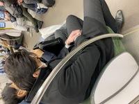 人の足を踏んでも謝らないこの男。 どーしたらいいですか? JR学研都市線。放出〜京田辺方面 皆さんも気をつけて下さい。