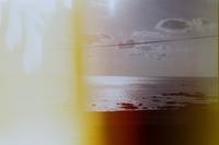 フィルムカメラ(kodak m38)を使っているのですが、この光漏れってカメラ本体を変えないと直らないですか? 光漏れについてよく分からないのですが、フィルムをセットするときや現像するときの光のせいでこうな...