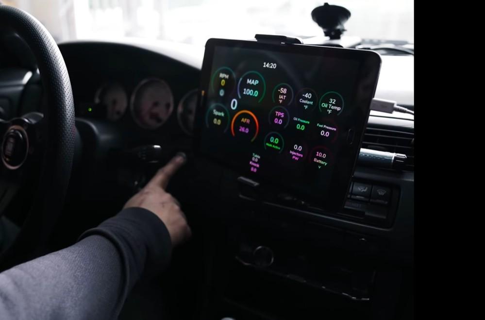 知ってる方お願いします。 このデジタル計器のようなものはどのようにしたら手に入るでしょうか? こちらは海外の動画に乗っていました。