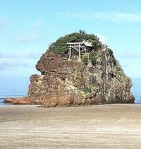 ネット上で拾った観光地の画像です。 美しい場所なので、どこですか?? 名勝地みたいなので行ってみたいです。  滋賀県の琵琶湖ですか?? 海??  鳥居があってオシャレな神社仏閣の建築物です。