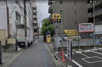 駐車場付近のはみ出し駐車って違法ではありませんか? 先日カーシェアの車を借りようとしたら駐車場の出口付近にトラックがはみ出し駐車しており、出場するのに大変難儀しました。 この車はGoogleMapにも写り込んでいるので、常習的にこのような駐車をしていると思われます。 https://goo.gl/maps/gjokc5g87jEAqMMd8  ①これは駐車違反になりますか ②駐車違...