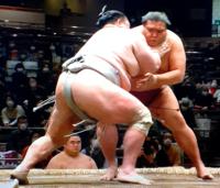 北の富士さんの見立て、北勝富士は立ち会い左にぶれるのが癖なのが勝ちにつながらないのですか。