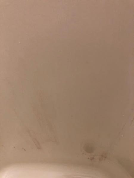 浴槽の汚れがとれません。。 1人暮らし、基本的にシャワーのみですが、 今まで開けもしなかった蓋をあけると、、 ものすごい汚れでした。 バスタブクレンジングを使用しても落ちない汚れ... どのよ...