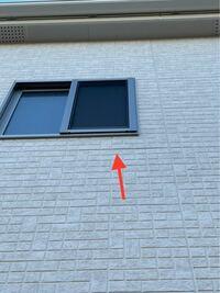 外壁サイディングですが、浮いているようにも見えるのですが、この貼り方は普通でしょうか?