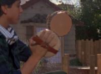 映画「ベスト・キッド」(初代) のダニエルの空手の稽古で出てくる 床のヤスリがけのシーンに太鼓みたいなヤスリの道具が出てきますが、 あれは、実際にある道具なのでしょうか?
