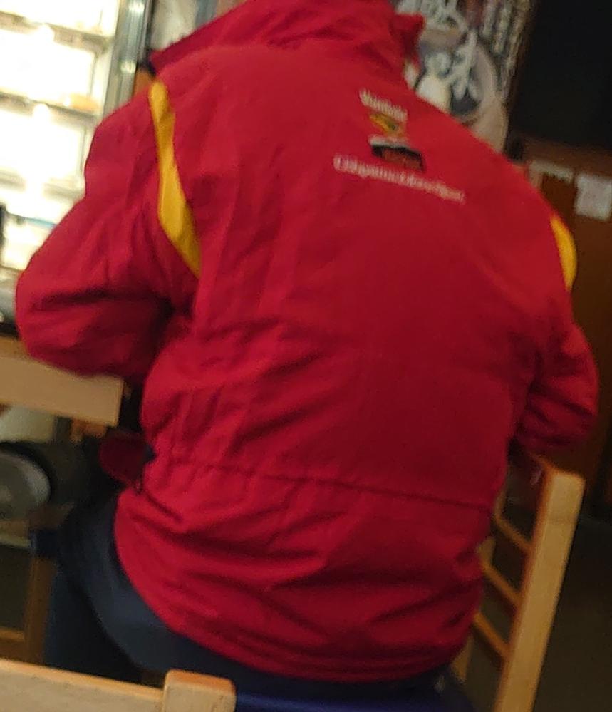 ウチヤマモータースポーツの赤いジャンパー、 次のどれに似てますか。 1.フェラーリ。 2.出光興産。 3.マルボロ。 4.其れ以外(具体的に何)。
