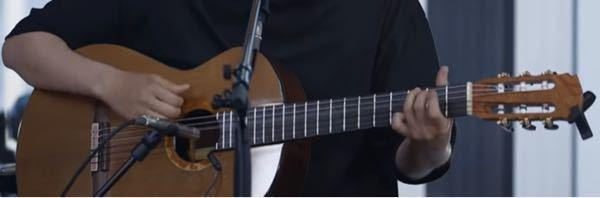 折坂悠太さんがよく使われている、このガットギターはどこのメーカーのものでしょうか?型番もわかればお願いします