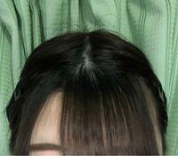 前髪を薄くしようと思い、 いらない前髪を横髪にしようとしています。 綺麗な三角形はイメージしてないのですが、この分け目は汚すぎますか?? いらない前髪が伸びたらそれなりに目立たなくなるでしょうか。