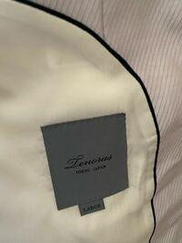 スーツのブランドらしいのですが、調べても自分では分からず、、、。何というブランドなのでしょうか? ご教授願います。