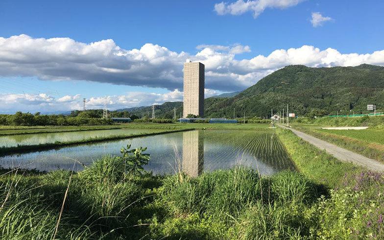 田舎にポツンと建つ高層マンションってバブルの後遺症なんですか? 私の地元(中京圏)は人口4~13万程度のパッとしない自治体が多いのですが、住宅街・田んぼの真ん中に高層マンションが経っているという...
