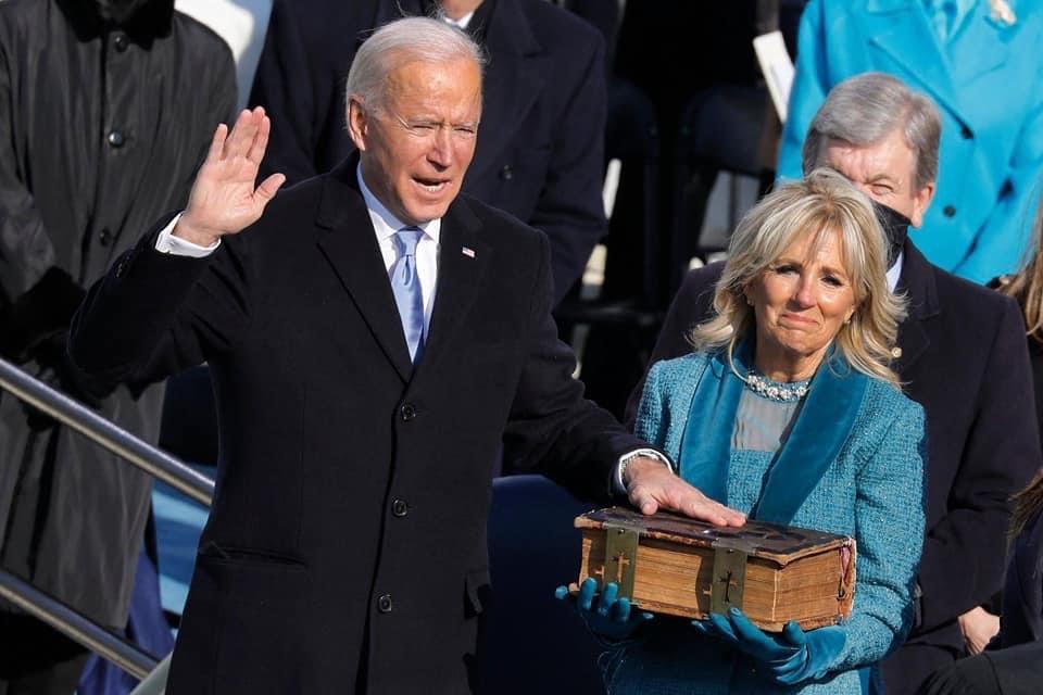 バイデン大統領は、聖書に直接手を置かないで間に何かかませて宣誓しているようですが、要は宗教心が...