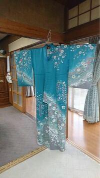 この着物似合う袴は何色がいいと思いますか? 知人には、アイボリー、藤色、などなのですが、  あと袴をレンタルではなくネットで買おうと思ってます。 着物屋さんに行って合わせるだけってできるのでしょうか、やはり失礼ですかね、
