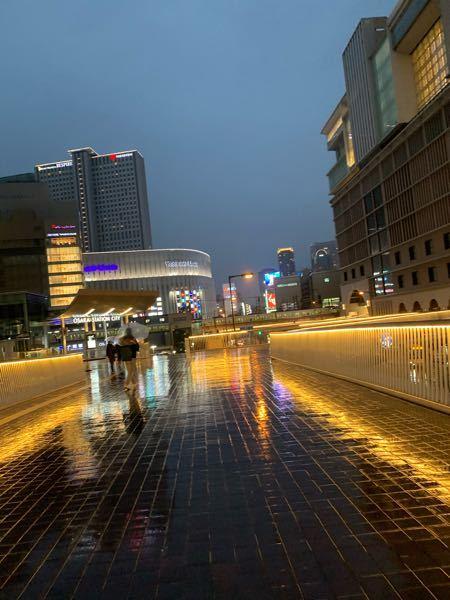 大阪や東京にある巨大なホテルや高層ビルって自社ビル以外は基本的に全て政府の所有しているものですよね?