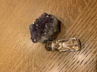 天然石のリーディングという概念があると知りとても興味を持っています。 私の持っている石たちの中で一番大切に感じているお守りの水晶です。リーディングをよろしくお願いいたします。(アメジストは無関係です)