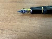 万年筆 プロフィット21かプロフィットスタンダード21なのかの判別 久しぶりに整理をしたら万年筆が出てきました 自分ではプロフィット21とプロフィットスタンダード21どちらも購入したことがあるため 今回出てきた万年筆がどちらなのかわからないので、画像で分かる人は居ますでしょうか?  メジャーで長さを測ってみたら140mmほどで ちょっと微妙だったので