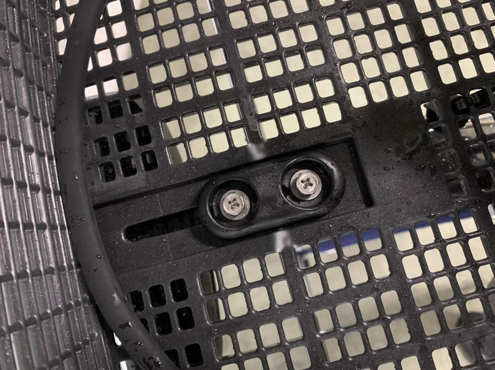 つい最近買ったばかりの電動自転車を、大勢が使う駐輪場に駐輪していたところ、 カゴにゴミを入れられてたうえに写真のように2箇所白くなっていました。 これは何かされたのでしょうか... ? ちなみ...