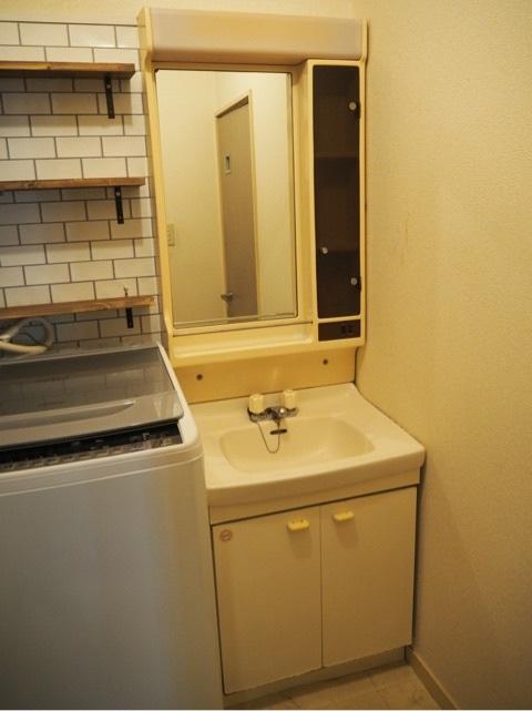 この洗面化粧台の型番など分かる方いらっしゃいませんか?おそらく30年ほど前のものと思われます。