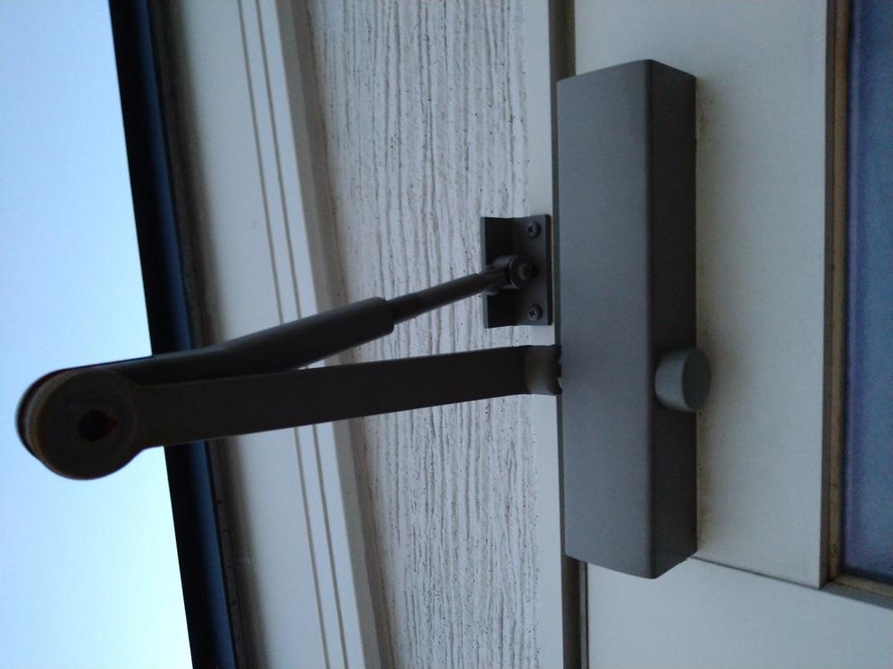 ドアクローザーが外に付いていて、アーム部分が錆びます。どうしたらいいでしょうか? 2年前に不具合があり交換したばかりなので、数年に一回交換しなければいけないのでしょうか。 調べていたら、屋上のド...