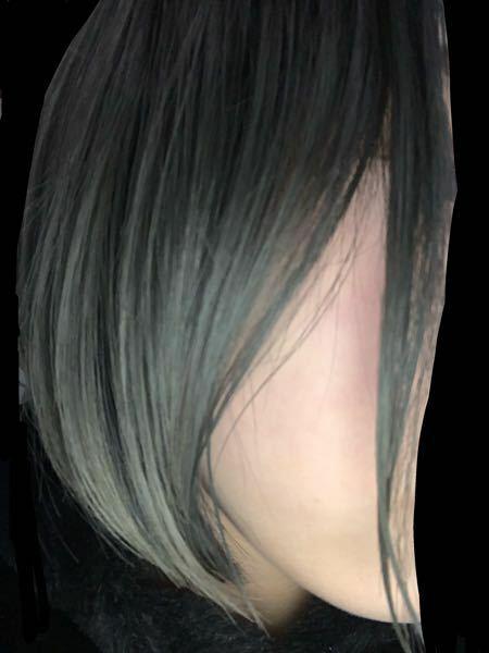 サイドの毛が1束だけ別れてしまいます。 原因は何でしょうか?何故か右側だけです。 前髪という訳では無さそうです。