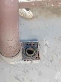 洗濯機をベランダに設置するところに引っ越します。 排水口がこうなっているのですがどのように固定すればよいでしょうか?