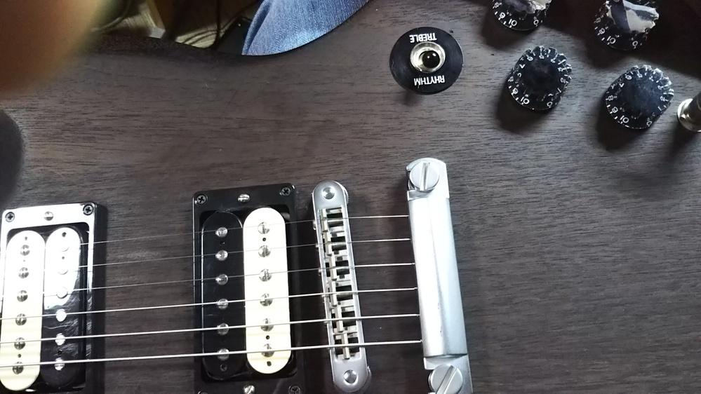 お持ちの方教えてください。 ギブソンのSGの中古を買ってきました。 軽いギターが欲しくて予算があったので買ってきましたが 始めてSGを使うもので少々教えていただけませんか? 清掃と弦の交換を行い...
