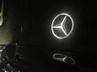ベンツのカーテシについて  ベンツのウェルカムLEDスリーポイントロゴの投影ライトで。  ドアライトではなく ミラーウェルカムライトからの投影しているものを見かけたのですが。 純正なんでしょうか。  ...