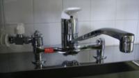 食洗機用の分岐水栓の適合について。 FTT製のJTK-501Sというシングルレバー混合水栓にCB-ET7という内ネジ式の分岐水栓を取り付けて、パナソニックの据置きタイプの食洗機に接続し使用することは可能でしょうか?  CB-SXF6やFT-502という分岐水栓もあるようですが、当質問ではCB-ET7で画像のような接続と使用ができるかをお教えいただけると大変ありがたいです。 参照元: http...