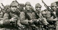 日本兵にとって、北進と南進どちらがより過酷でしたか? 大日本帝国はロシアなどへ侵攻することを北進と呼び、東南アジアなどへ進行することを南進と呼びましたよね。  ですが、祖国本土を遠く離れることを余儀なくされた日本兵たちにとって、北進と南進ではどちらが寄り過酷だったのでしょうか?  シベリアなどでは、吐く息も凍り付く極寒ですし食料の現地補給がままなりません、冬場は水も氷になっていますし。 かと...