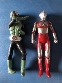 この仮面ライダーとウルトラマンのソフビ人形の詳細わかる方メーカー種類など詳細お願いします。 高さ45㎝ほどでおそらくですがそこまで古いものではないと思います。20年以上前ではないと思います。
