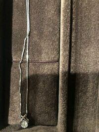 祖母のお古でネックレスをもらいました。一粒ダイヤのシルバーのネックレスです。 いくらくらいだと思いますか?