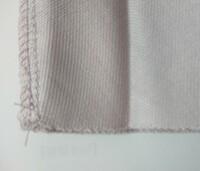 スカート丈を縮める方法をご教授下さい。 素材はポリエステル 97%、ポリウレタン3%のスカートです。 画像の通り、特に布端に縫った後はなく、切ったところでほつれないような加工がされているように思うのですが、断裁してしまって大丈夫でしょうか?  ただ、縦の端はミシンで縫い合わせているようで、もしスカート丈を断裁して縮めた場合、このミシン糸がほつれてしまうのではないかと不安を覚えています。  何...