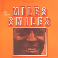 本日2月5日は笑顔の日なので、お気に入りのスマイル・ジャケを1枚紹介下さい。出来ればどの辺が気に入っているのかもお聞かせ下さい。 私は、「絶対シャレでタイトル付けてジャケ写撮ったやろ」と思わずツッコミたくなる、マイルス・デイヴィスの「MILES SMILES」