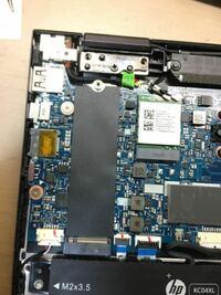 SSDが故障したため交換するのですが、SSDがあった場所の下にあるこの黒いシートは剥がさない方がいいですか?それとも剥がした方が放熱効率が向上しますか?