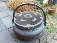 これは何でしょうか? 家にあった物です。直径35センチ高さ20センチ、表面は銅です。茶道の道具?ご存じの方教えてください。