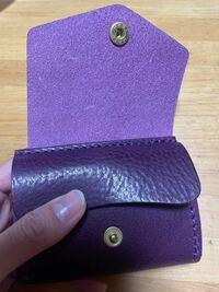 皮財布の防水スプレーについて。皮製品に詳しい方教えてください。 新しく財布を買ったので防水スプレーを使おうと思ったのですがこのような皮財布の場合スプレーするのは表側の濃い紫色の方だけでいいのでしょうか?それとも裏側の薄紫っぽい方にもスプレーをしたほうがいいのでしょうか?